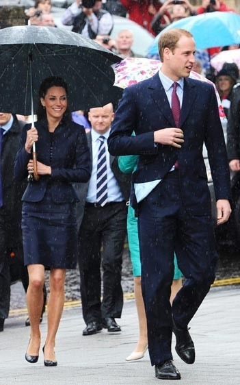 Kate Middleton et le Prince william dans la ville de Darwen dans le Lancashire, le 11 avril 2011.