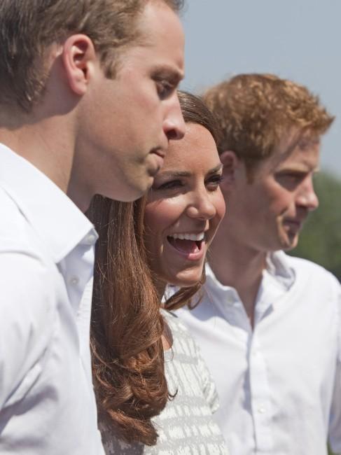 Kate Middleton, le prince William et le prince Harry au Bacon's College à Londres, le 26 juillet 2012.