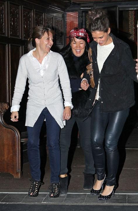 Katie Holmes rayonnante, en compagnie de quelques amies, à New York, le 15 mars 2011 !