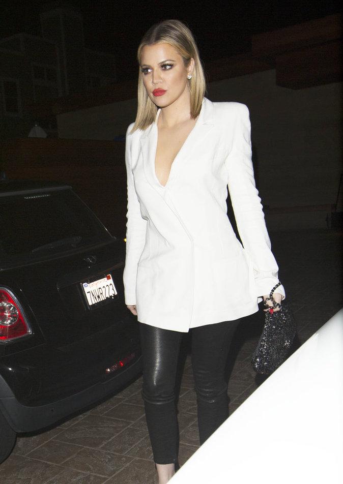 Khloe Kardashian, sublime avec sa veste blanche !