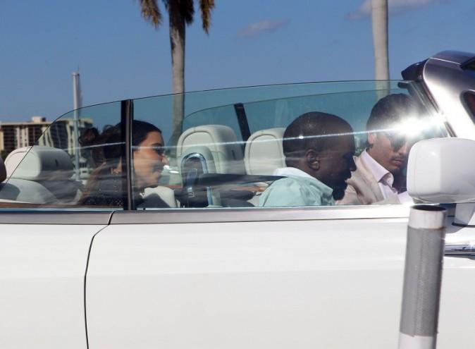 Kourtney et Kim Kardashian avec leurs compagnons, Scott Disick et Kanye West, Miami, 31 octobre 2012.
