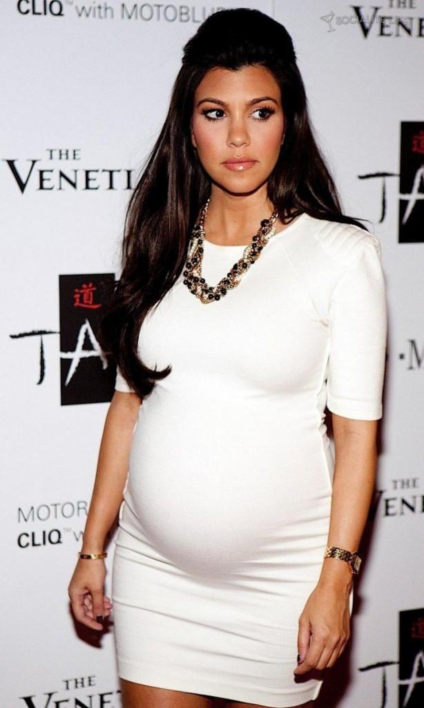 Kourtney Kardashian dans une robe courte et moulante sous les feux des projecteurs !