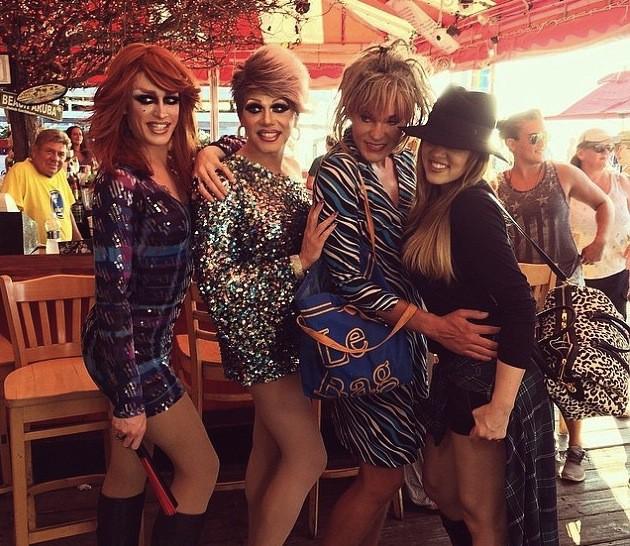 Kourtney et Khloé : entre bateaux et drag queens les sœurs Kardashians s'éclatent dans les Hamptons !