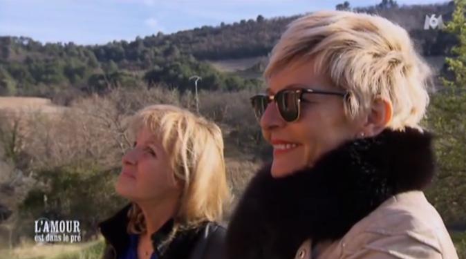 Catherine et Annick admirent le travail de bâtisseur de Thierry