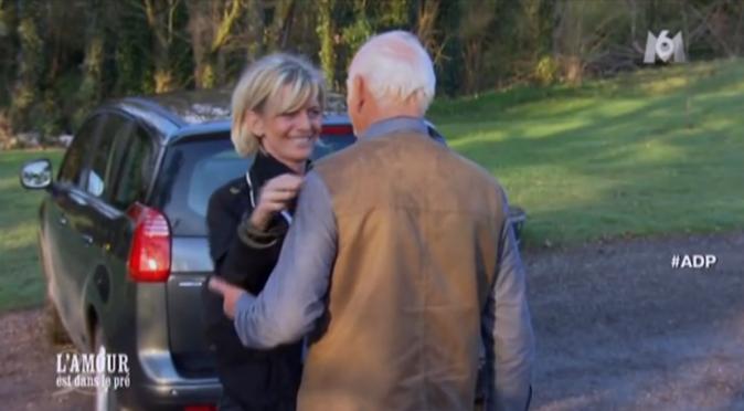 C'est en voiture que Cathy arrive chez Claude