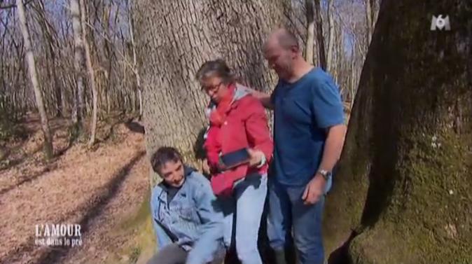 Isabelle emmène ses prétendants en balade en forêt