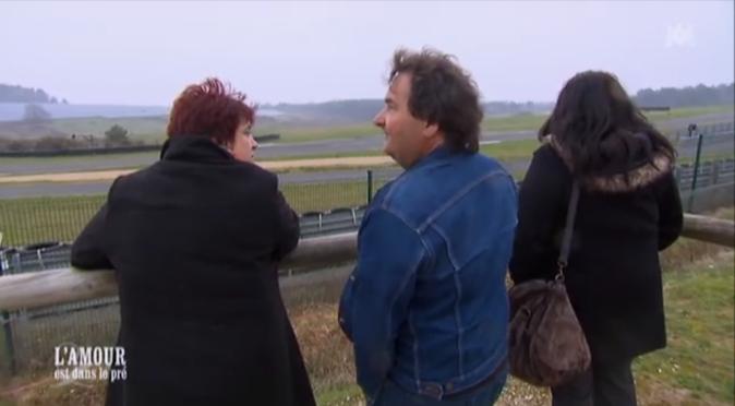 Michel a emmené ses prétendantes au bord d'un circuit automobile