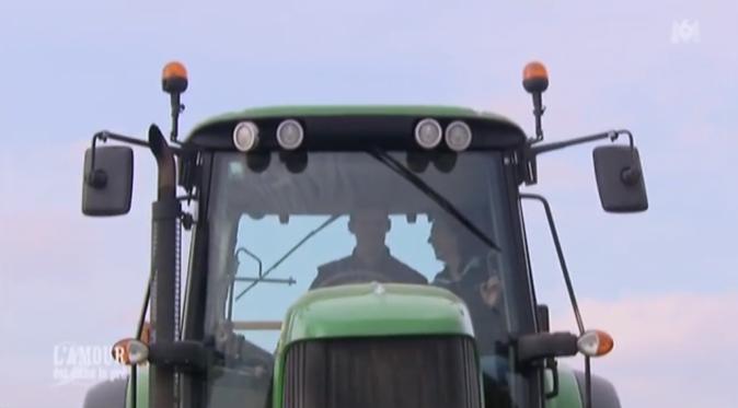 C'est au tour de Caroline de se promener en tracteur avec Franck