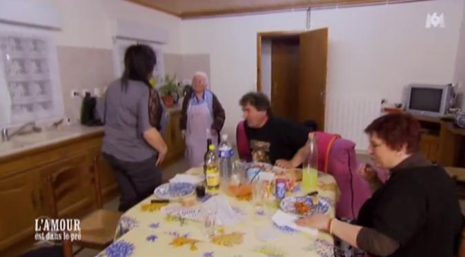 La maman de Michel est venue leur faire une petite visite