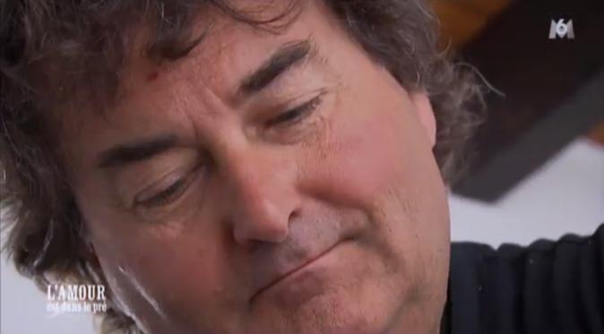 Michel concentré pour masser Sandrine !