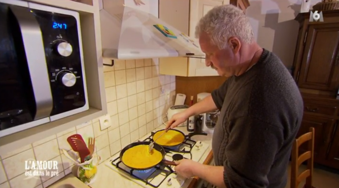 Bernard a oublié de mettre les lardons dans son omelette