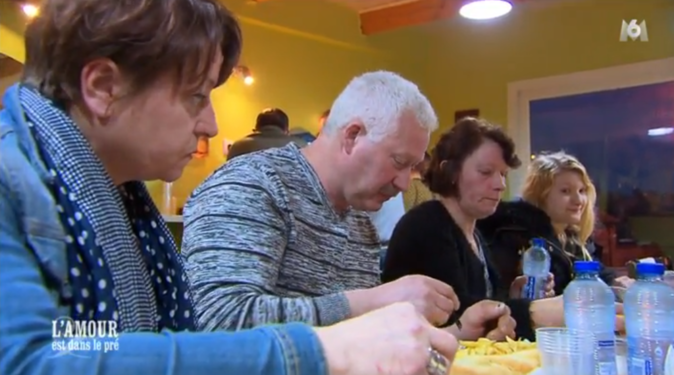 Bruno emmène ses prétendantes manger à la baraque à frites avec ses filles