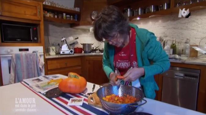 Jeanne prépare le repas pour ses prétendants