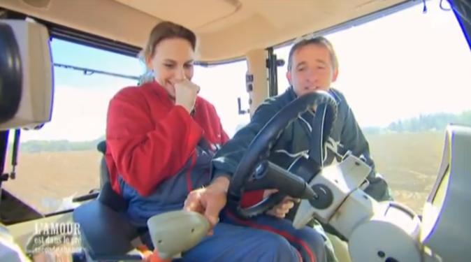 Philippe le Lotois fait découvrir le maniement du tracteur à Hélène