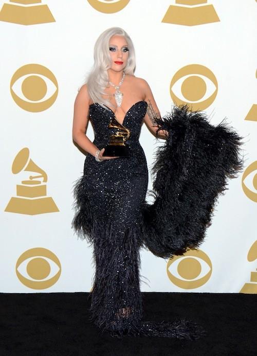 Diva sensuelle dans la press room des Grammy Awards dans une robe paillettée