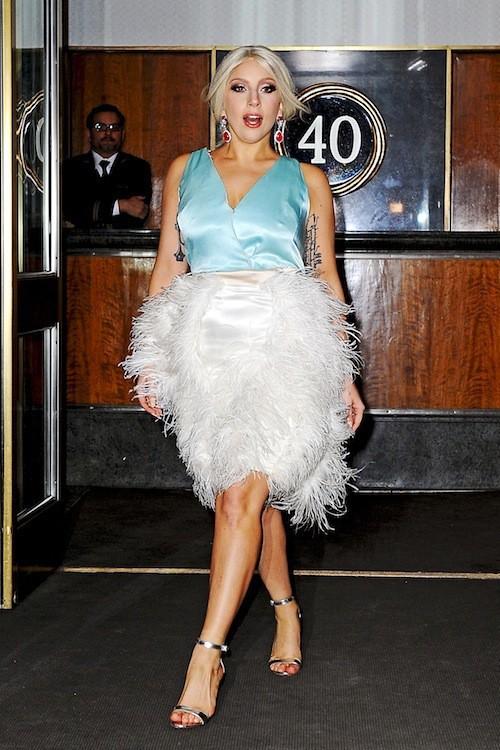 Radieuse en robe à plumes