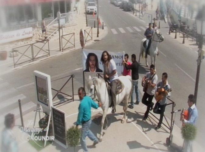 Moundir a préparé une surprise à Ines. Pour sa demande en mariage, il débarque devant le bar-restaurant des parents de sa belle chevauchant un cheval blanc et accompagné de musiciens gitans.