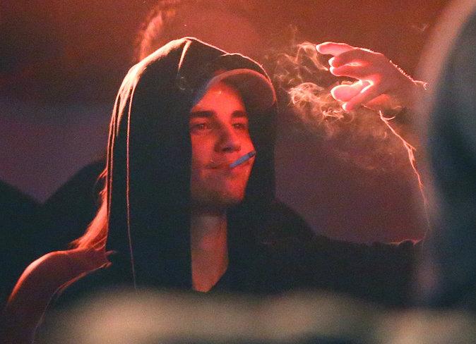 Justin Bieber fume en soirée