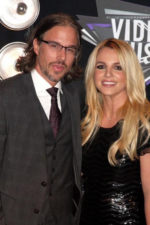La pop star et son manager, Jason Trawick, viennent de se fiancer. Pas de doute, leur mariage sera Crazy !