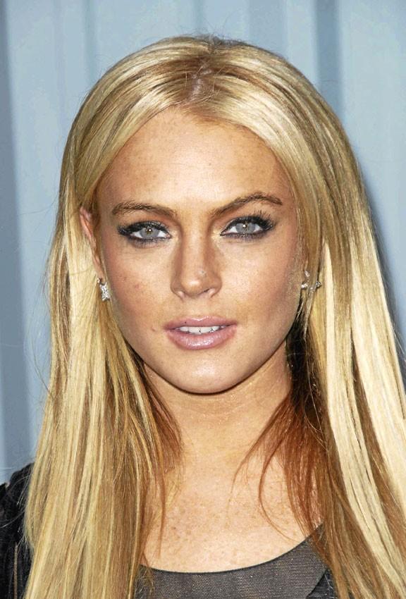 2007 : Lindsay a 21 ans, l'âge légal pour boire en Californie. Ivre, elle est virée du tournage de Mère-fille, mode d'emploi.