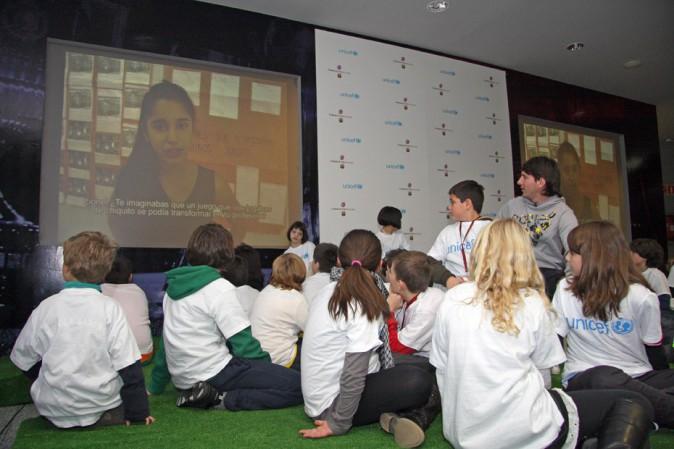 Lionel Messi, ambassadeur de l'Unicef, rend visite à des enfants en 2010