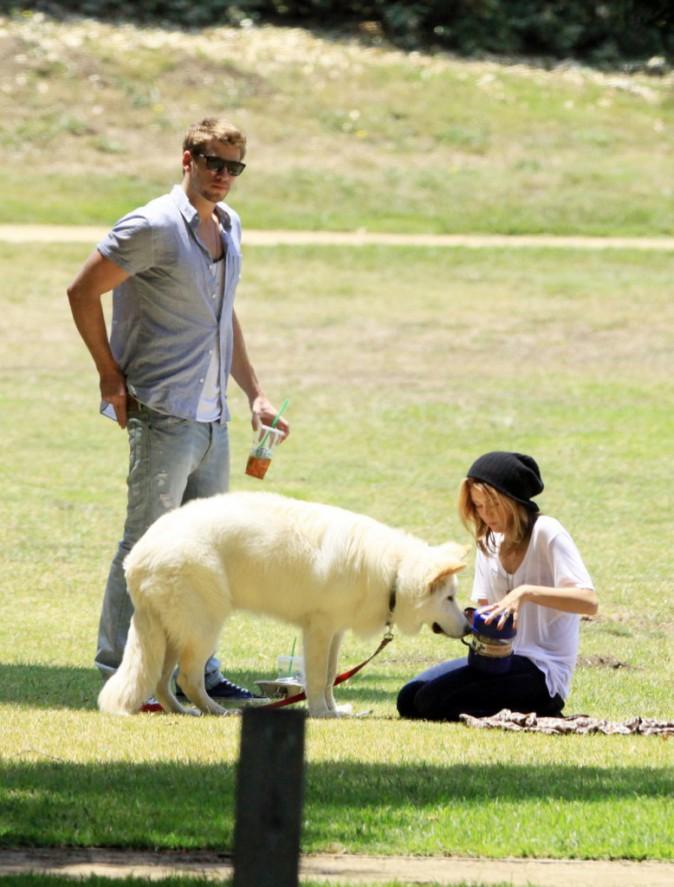 Le 26 juin 2010, le couple profite d'un moment avec leur chien à LA