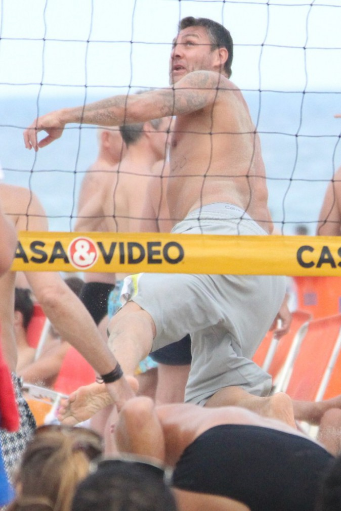 Youri Djorkaeff : en pleine partie de foot-volley, il chope un sacré coup de chaud !