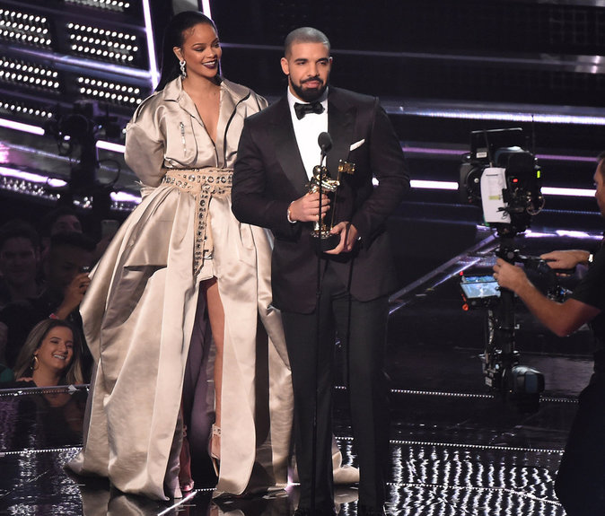 "Drake remet à Rihanna le prix ""MTV Video Vanguard Award"" et lui déclare sa flamme"