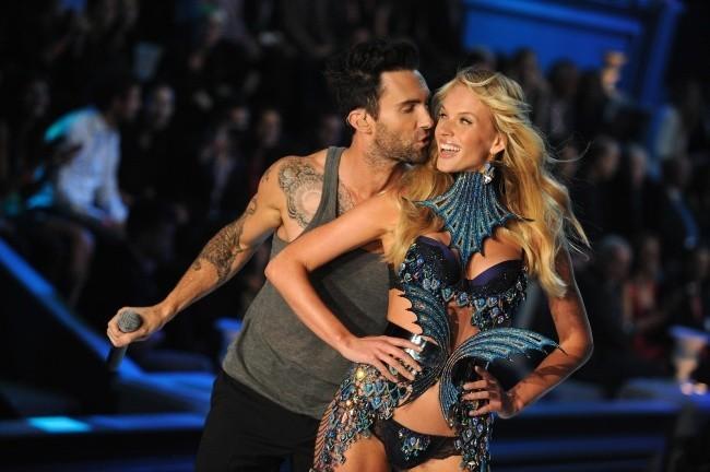 Adam Levine et sa girlfriend Anne V lors du Victoria's Secret Fashion Show à New York, le 9 novembre 2011.