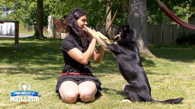 Fiona est une chienne intelligente... Elle joue avec sa maîtresse, fait de la corde à sauter et... tire même la chasse d'eau des toilettes !