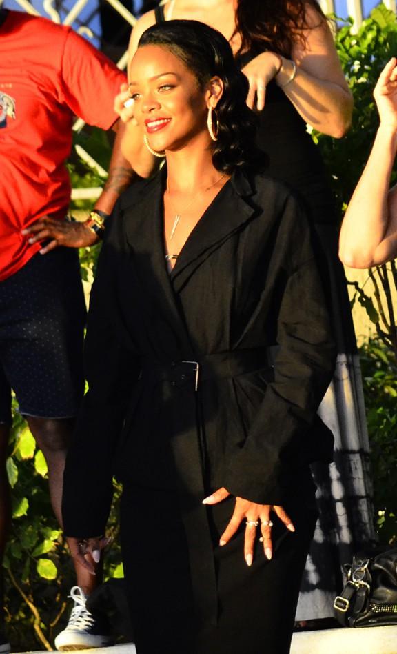 """Rihanna mobilisée pour l'association """"Dance 4 Life"""" à la Barbade le 4 novembre 2013"""