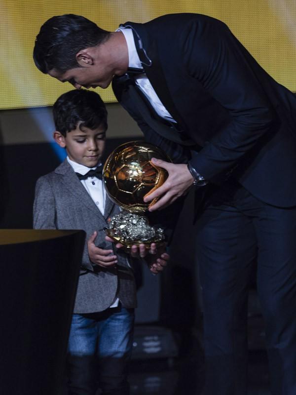 Cristiano Ronaldo et son fils à la cérémonie du Ballon d'or le 12 janvier 2015