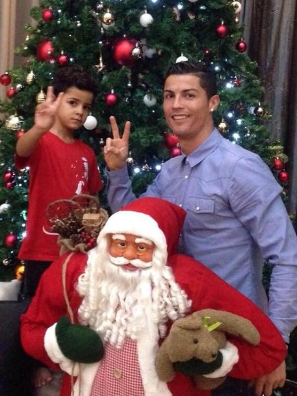 Cristiano Ronaldo prépare son sapin de Noël avec son fils au mois le 21 novembre 2014