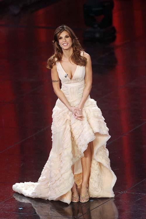 Entre le court et le long, elle a trouvé la robe parfaite!