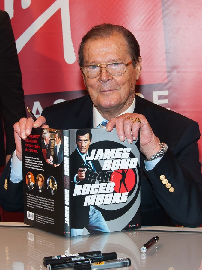 Photos : Roger Moore en séance de dédicaces à Paris