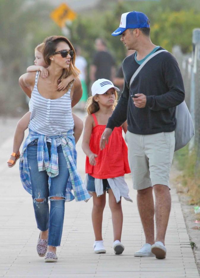 Jessica Alba : la famille parfaite prend du bon temps � la f�te foraine !