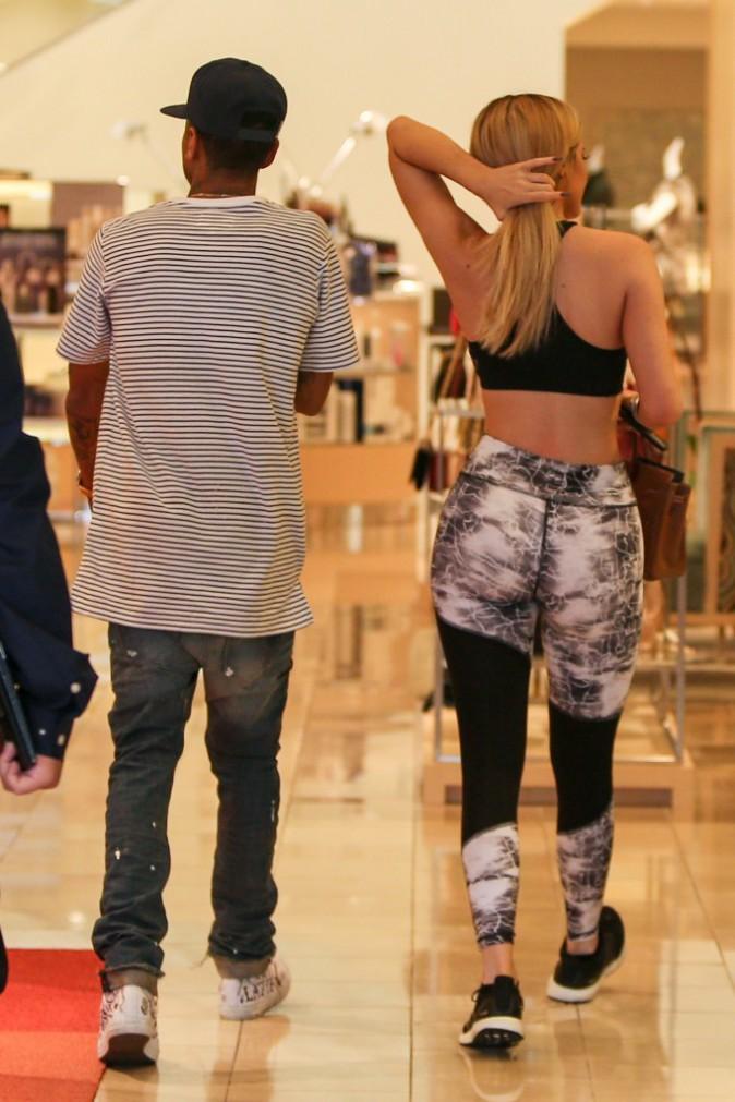 Kylie Jenner : Sportive mais plus sexy que jamais pour une séance shopping avec Tyga !