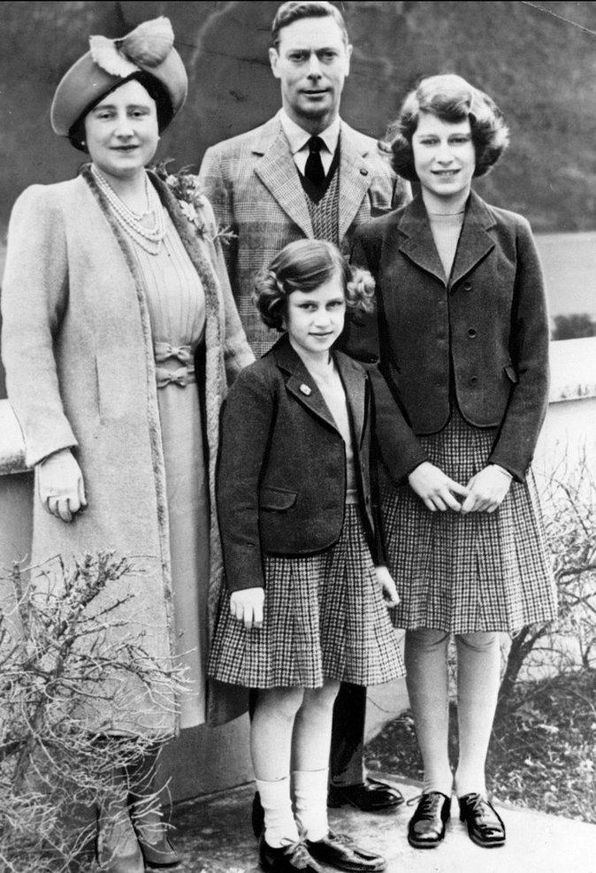 Elizabeth II (à droite) avec ses parents durant son adolescence