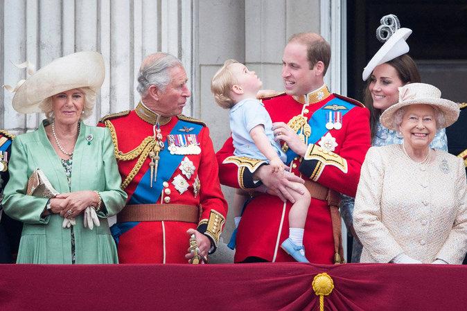 Elizabeth II auprès du prince George, son premier arrière-petit-fils