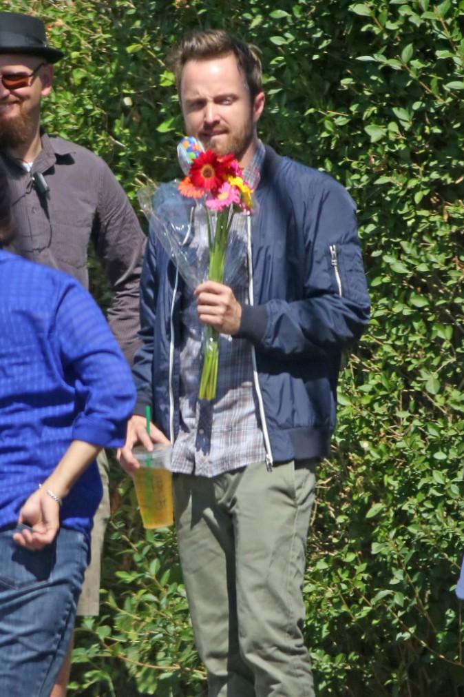 Aaron Paul surpris par son �quipe de tournage pour son anniversaire !