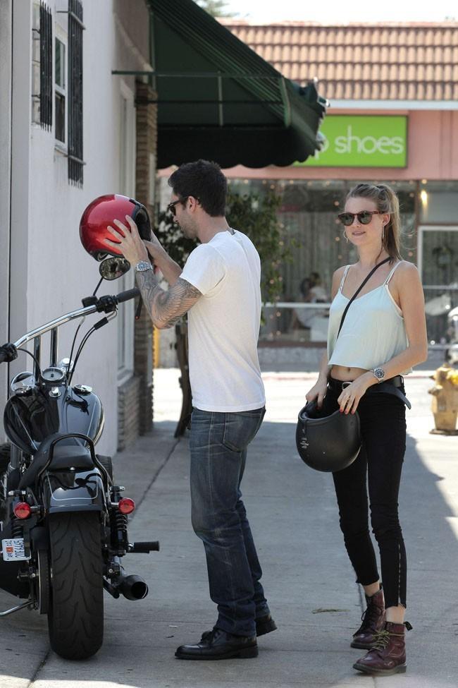 Adam Levine et Behati Prinsloo le 7 août 2012 à Los Angeles