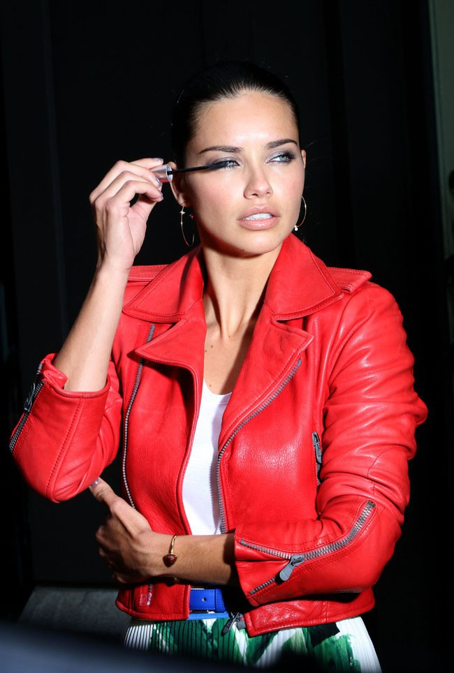 Adriana Lima en shooting pour Maybelline à New-York le 6 mai 2014