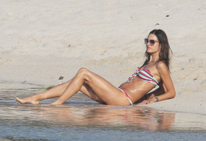Alessandra Ambrosio sur une plage de St Barth, le 30 janvier 2013.