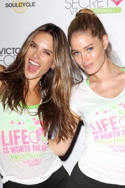 Alessandra Ambrosio et Doutzen Kroes lors du Supermodel Cycle à New York, le 10 juillet 2013.