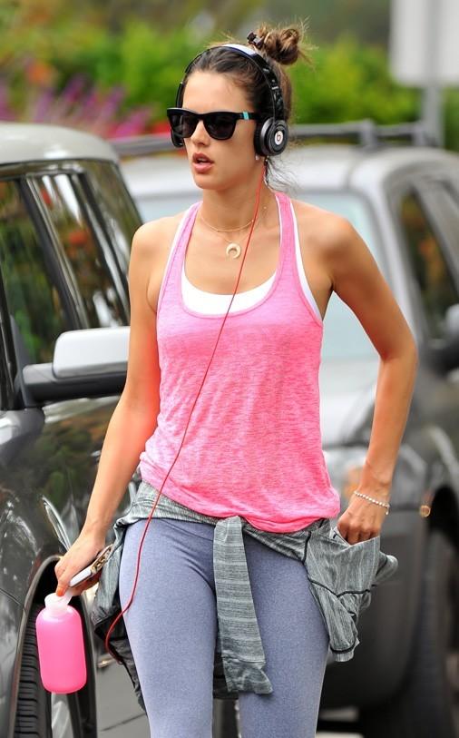 Alessandra Ambrosio en mode sportive à Santa-Monica le 11 juillet 2012