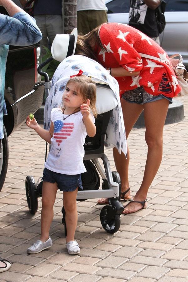 Alessandra Ambriosio en famille à Malibu le 4 juillet 2012