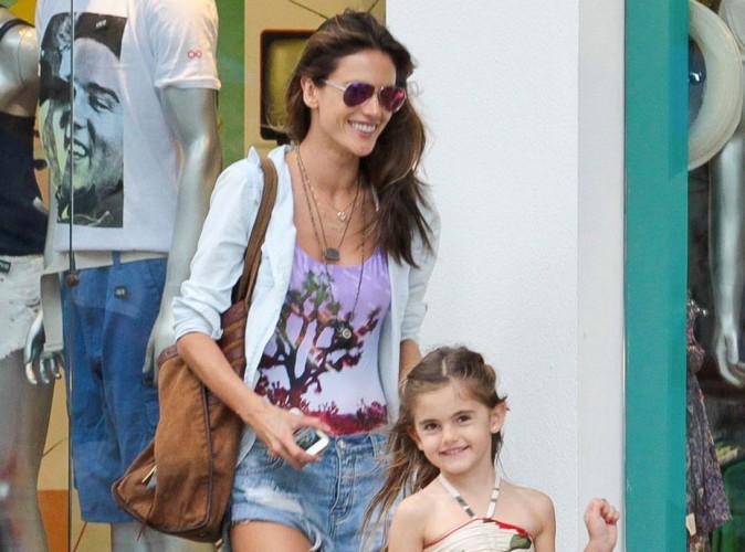 Photos : Alessandra Ambrosio : elle retrouve le sourire au Brésil avec sa fille !