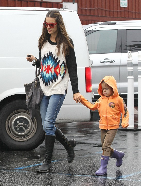 Alessandra Ambrosio avec sa fille Anja à Santa Monica le 29 novembre 2012