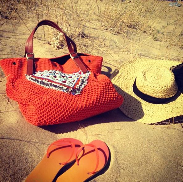 L'essentiel pour aller à la plage by Alessandra Ambrosio !
