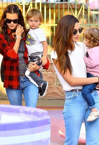 Photos : Alessandra Ambrosio et Lily Aldridge : les Anges en vadrouille avec leurs adorables bébés !